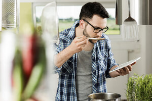 Young man cooking in kitchen at home - UUF000478