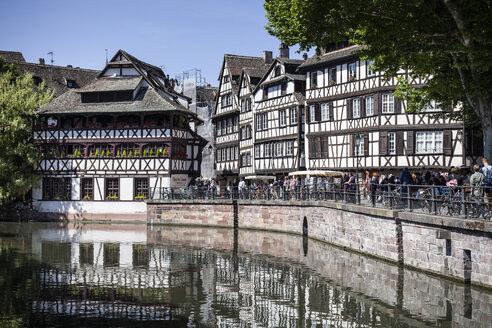France, Alsace, Strasbourg, Petite-France, Place Benjamin Zix, L'ill river - SBDF000934