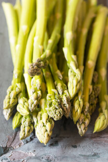 Pile of green asparagus - SARF000629