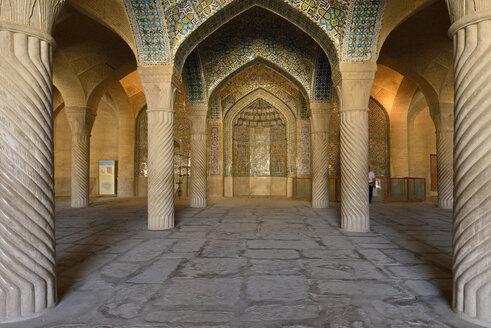 Iran, Fars, Shiraz, historic Shabestan pillars and prayer niche, Mihrab, in the prayer hall of Vakil Mosque - ES001136