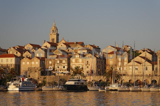 Croatia, Dubrovnik-Neretva, Korcula Island, Korcula, Cityscape and harbour in the evening - GF000494