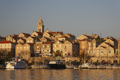 Croatia, Dubrovnik-Neretva, Korcula Island, Korcula, Cityscape and harbour in the evening - GF000494