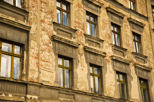 Germany, Saxony, Goerlitz, part of facade of abandoned multi-family house - WGF000298