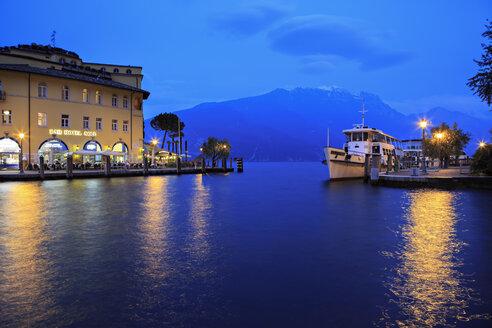 Italy, Trentino-Alto Adige, Riva del Garda, Harbour, Lake Garda in the evening - VT000232