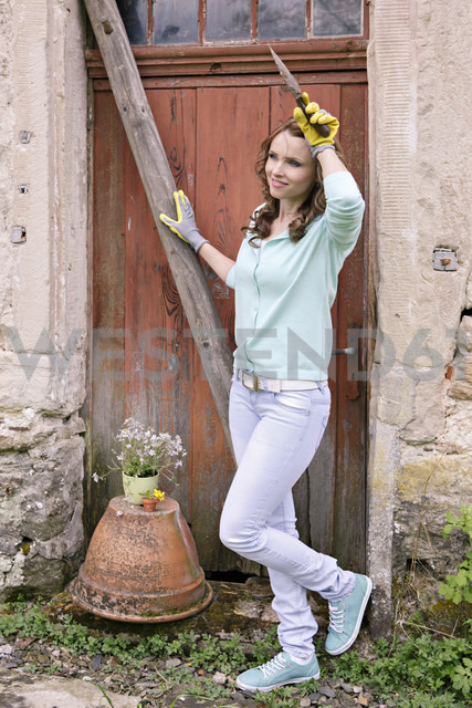 Woman standing in front of shed - VTF000228 - Val Thoermer/Westend61