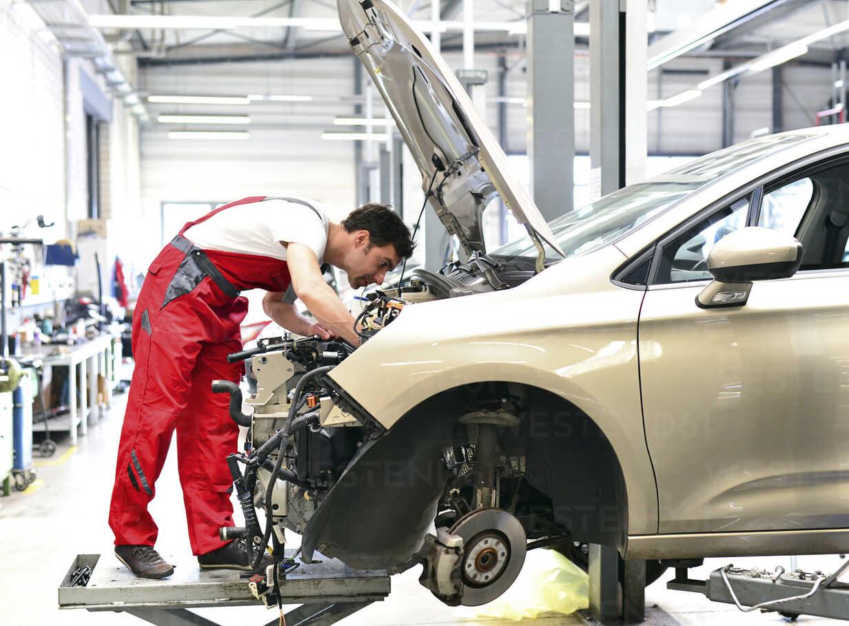 Car mechanic in a workshop working at car - LYF000001 - lyzs/Westend61