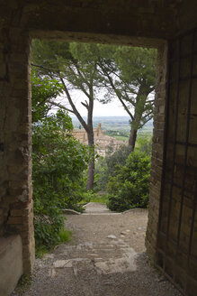 Italy, Tuscany, San Gimignano, View through open paled gate to city - YFF000145