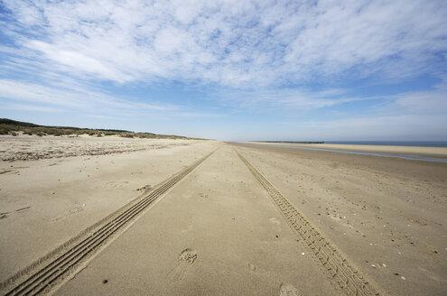 Netherlands, Zeeland, Walcheren, Domburg, Beach and tyre tracks - THAF000449