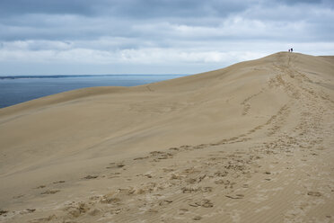 France, Aquitaine, Gironde, Pyla sur Mer, Dune du Pilat, mother and daughter walking on sand dune - JBF000143