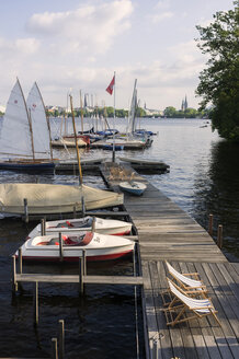 Germany, Hamburg, view to  deck chairs on jetty and water taxis at Inner Alster - TK000354