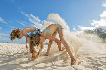 Australia, New South Wales, Pottsville, boy and girl digging in sand on beach - SHF001401