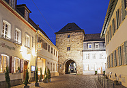 Germany, Rhineland-Palatinate, Freinsheim, Old town, Old city gate and houses - GWF002874