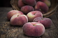 Vineyard peaches, basket - LVF001387