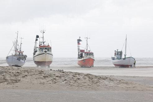 Denmark, Henne Strand, boats on the beach at sand drift - MEM000188