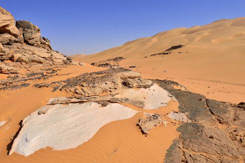 Africa, Algeria, Sahara, Tassili N'Ajjer National Park, Tadrart, Sand dunes and sandstone rocks at Oued in Djerane - ES001201
