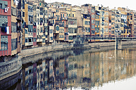 Spain, Catalonia, Girona Province, View on the Onyar river and the row of houses in Girona - MEMF000224