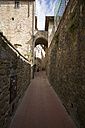 Italy, Tuscany, San Gimignano, Old town, Alley - MYF000365