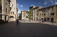 Italy, Tuscany, San Gimignano, Piazza della Cisterna - MYF000379