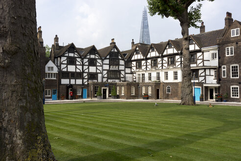Great Britain, England, London, Tower of London, Tower Green and Queen's House, in the background The Shard - WE000150