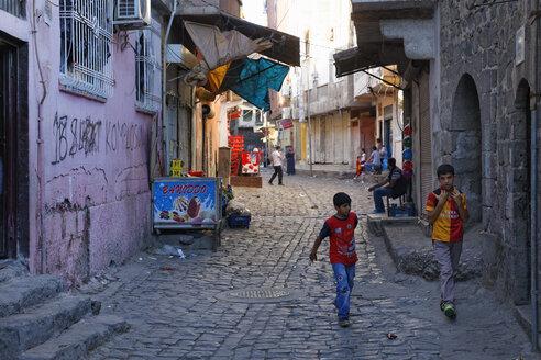 Turkey, Diyarbakir, view to alley in old town - SIE005454