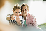 Young couple taking a selfie with smartphone - UUF001025