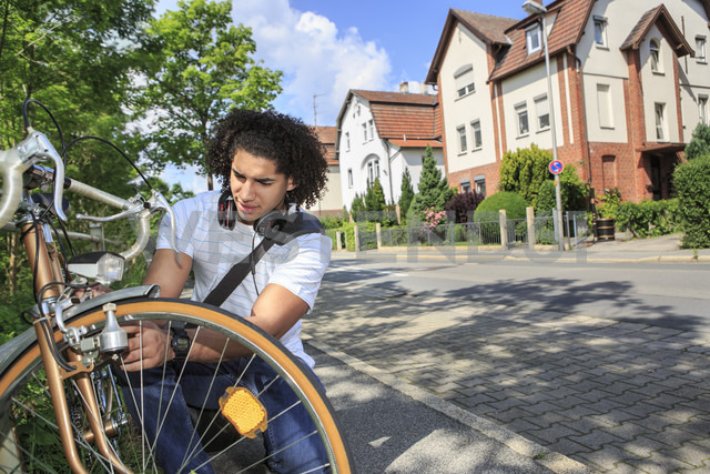 Young male student with racing cycle - VTF000292 - Val Thoermer/Westend61