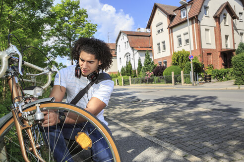 Young male student with racing cycle - VTF000292