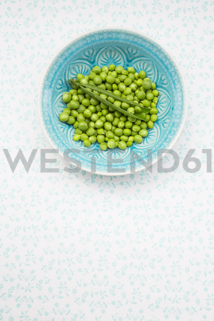 Green peas and peapod in a bowl - LVF001470