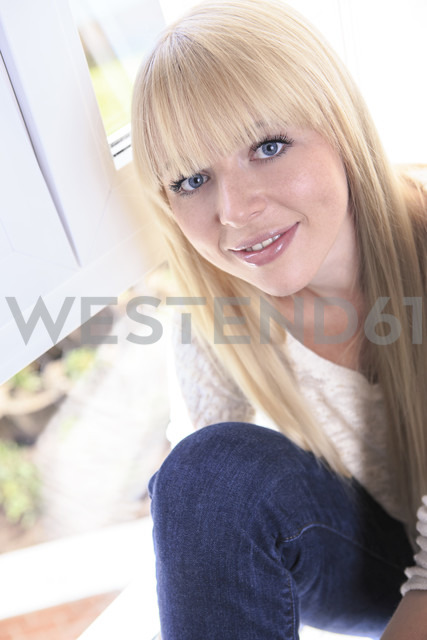 Portrait of smiling young woman - VTF000300 - Val Thoermer/Westend61