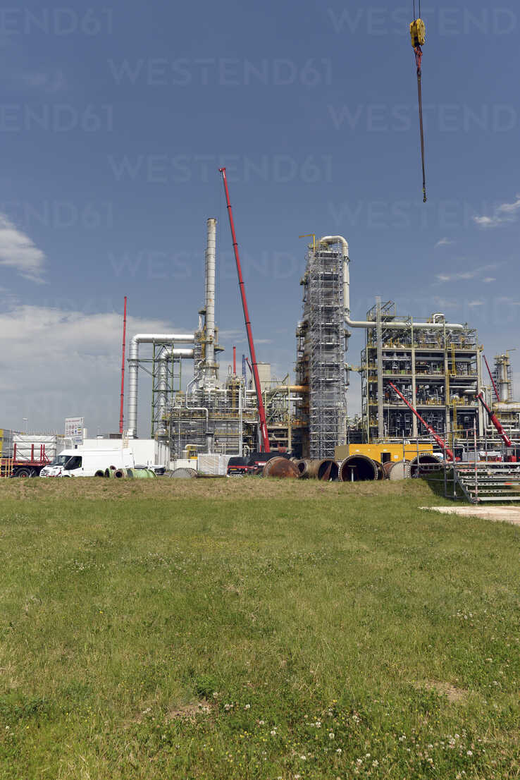 Germany, Saxony-Anhalt, inspection work in an oil refinery - SCH000330 - lyzs/Westend61