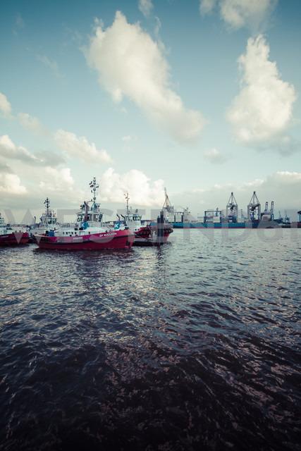 Germany, Hamburg, Port of Hamburg, Elbe river, Towboats - KRP000553 - Kristian Peetz/Westend61