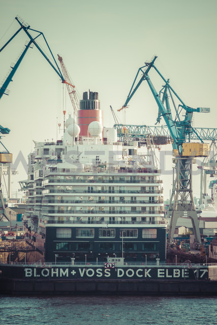 Germany, Hamburg, Cruise liner Queen Elisabeth at dock - KRP000577