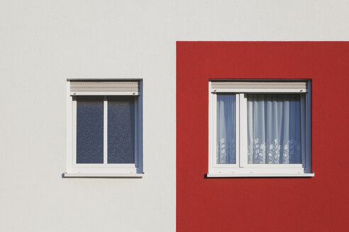 Germany, Cologne Widdersdorf, red-white facade of multi-family house - GWF003548
