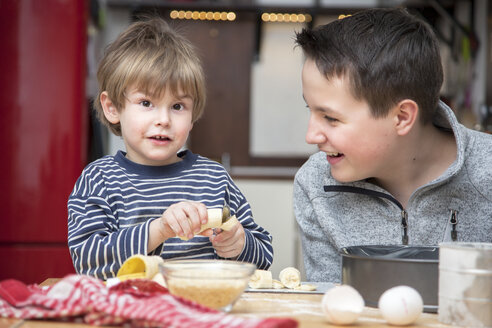 Two brothers baking a cake together at home - MMFF000004