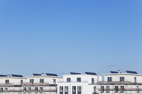 Germany, Cologne Widdersdorf, solar panels on roofs of residential buildings - GWF003544
