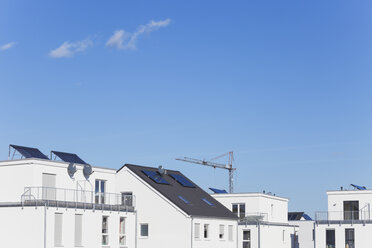Germany, Cologne Widdersdorf,  solar panels on roofs of residential buildings - GWF003545