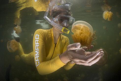 Oceania, Palau, Eik Malk, Snorkeller watching spotted jellies - JWA000095