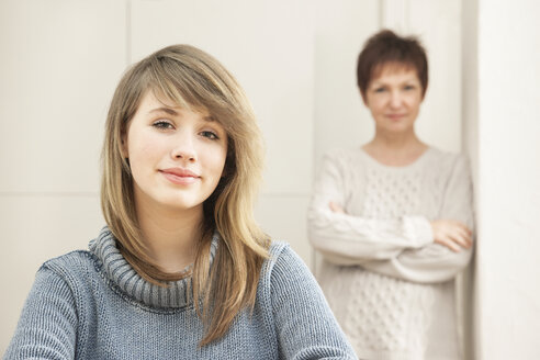 Germany, Berlin, Mother and daughter at home - MMFF000006