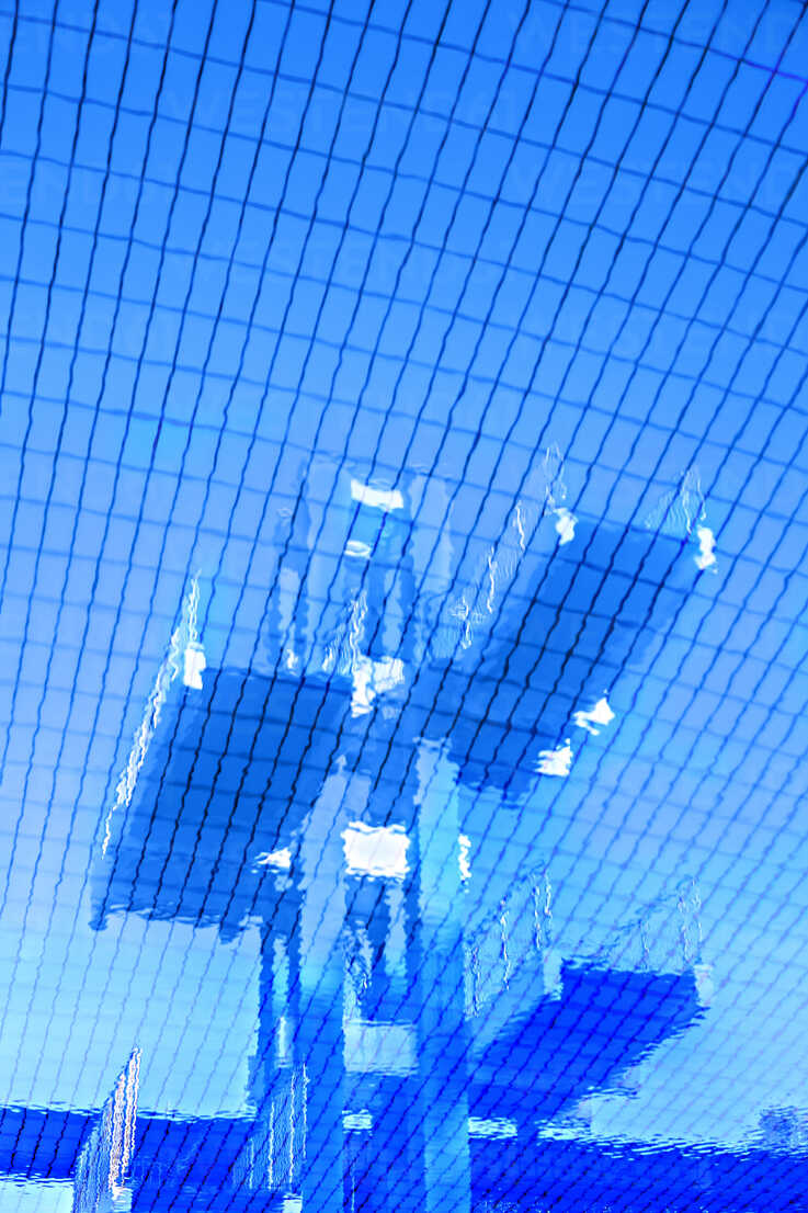 Water reflection of highboard at swimming pool - VTF000338 - Val Thoermer/Westend61