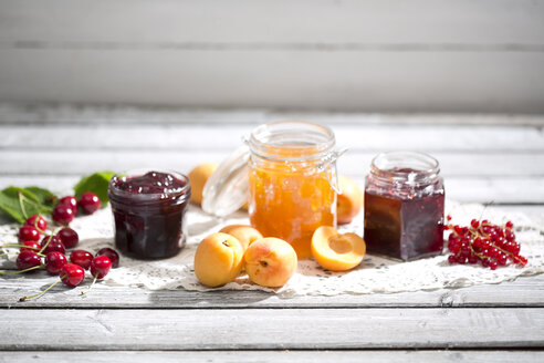 Cherry jam and cherries, Apricot jam and apricots, Currant jam and red currants on dolly - MAEF008582