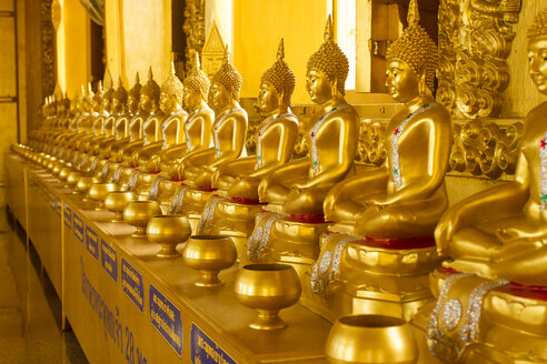 Thailand, row of golden Buddha statues at the cave temple Wat Pho Thong - ZC000121