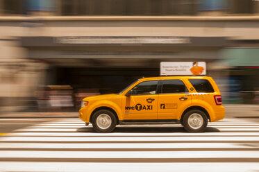 USA, New Yorck City, Manhattan, yellow cab on the move - WG000330