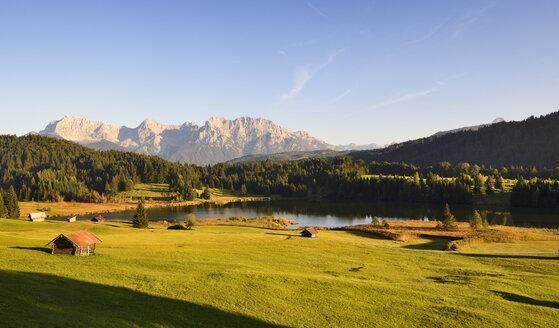 Germany, Bavaria, Upper Bavaria, Werdenfelser Land, Kruen, Lake Geroldsee, in background the Karwendel mountains - LHF000347
