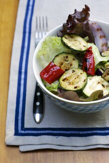 Mixed salad with grilled vegetables and a balsamic vinaigrette - HAWF000372