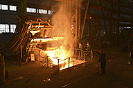 Germany, Saxony, workers racking the blast furnace in a foundry - LY000163