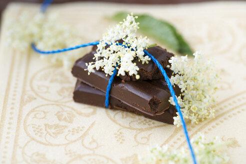 Homemade vegan chocolate with elderberry syrup and elderflowers - MYF000477