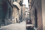 Italy, Tuscany, Florence, view to a narrow street - SBD000937