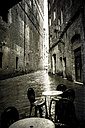 Italy, Tuscany, Siena, narrow street on a rainy day - SBD000945