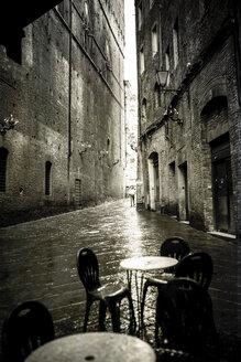 Italy, Tuscany, Siena, narrow street on a rainy day - SBD000945