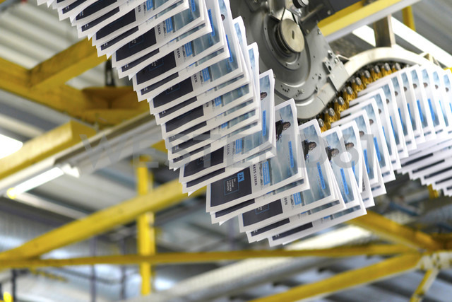 Conveyor belt with brochures in a printing shop - SCH000352 - lyzs/Westend61